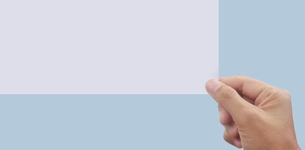 Espace vide pour le texte. la main tient le papier vierge blanc