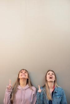 Espiègles jeunes femmes avec copie-espace