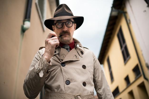 Un espion détective marchant dans une ville
