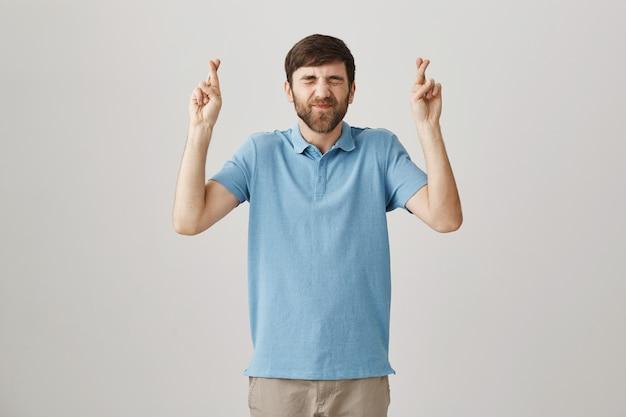 Espoir jeune homme barbu posant