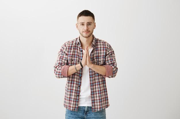 Espoir séduisant jeune homme posant