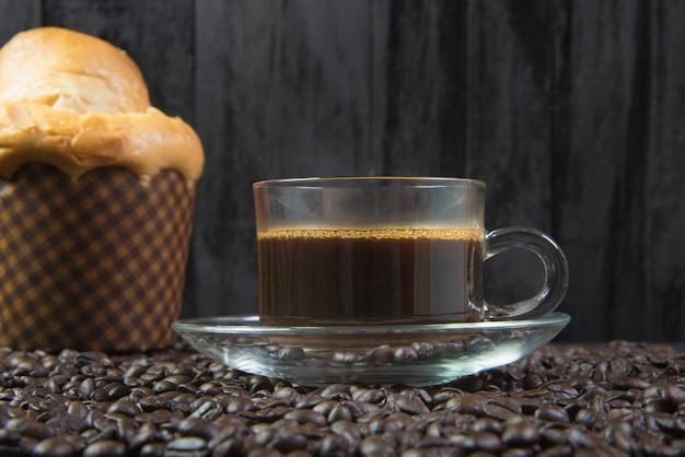 Espresso dans un verre sur une table en bois