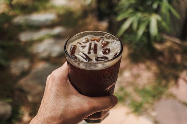 Espresso froid glacé dans un concept de verre de boisson fraîche et fraîche pour l'été