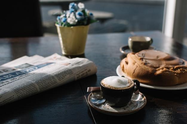 Espresso macchiato avec rouleau danois au caramel