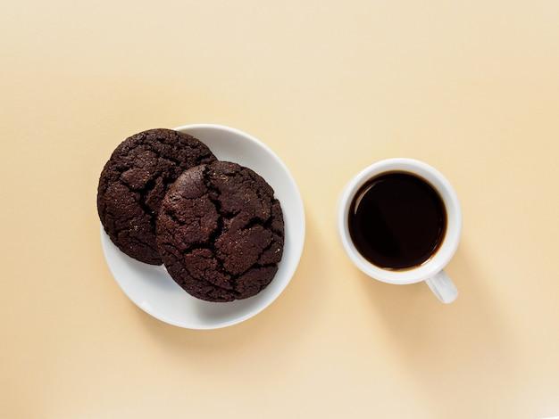 Espresso noir dans une tasse blanche. gâteaux avec des pépites de chocolat.