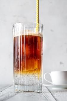 Espresso tonic - café expresso mélangé avec de l'eau tonique