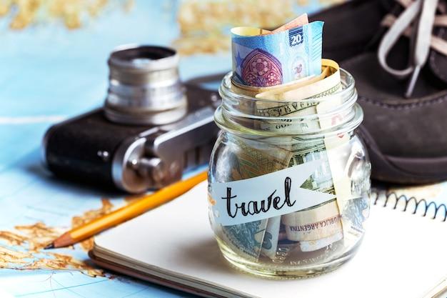 Esprit d'aventure. concept d'aventure. arrière-plan - quoi emporter pour un voyage - appareil photo, pot avec de l'argent, chaussures