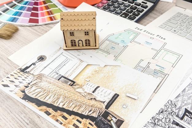 L'esquisse de dessin de travail d'architecte planifie des plans avec une palette de couleurs pour obtenir de l'aide.