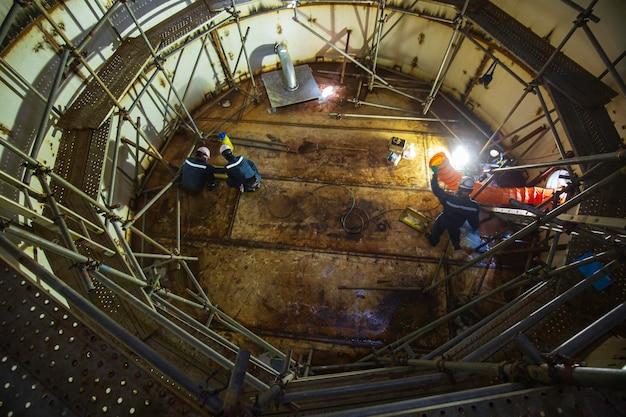 Essai de vide d'inspection des travailleurs de sexe masculin de la plaque inférieure du réservoir d'eau d'incendie du réservoir d'échafaudage des progrès d'échafaudage fuite de soudure interne spec confiné