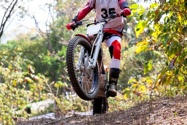 Essais moto pendant la compétition à l'état sauvage