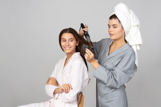 Essayer de créer de la magie avec les cheveux d'un ami