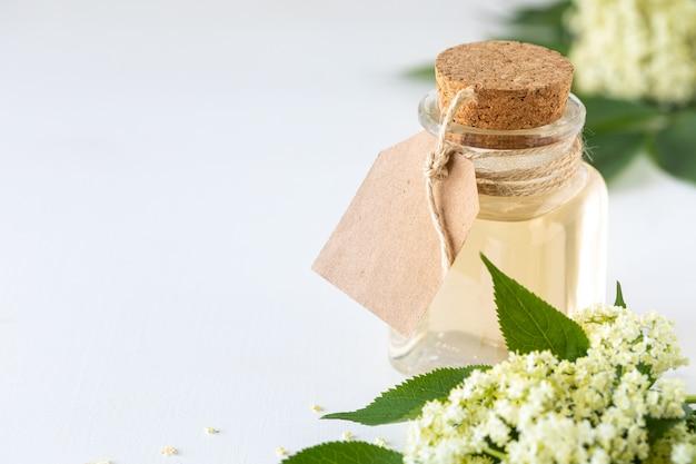 Essence de fleurs de sureau, boisson détox sureau sambucus nigra. copier l'espace