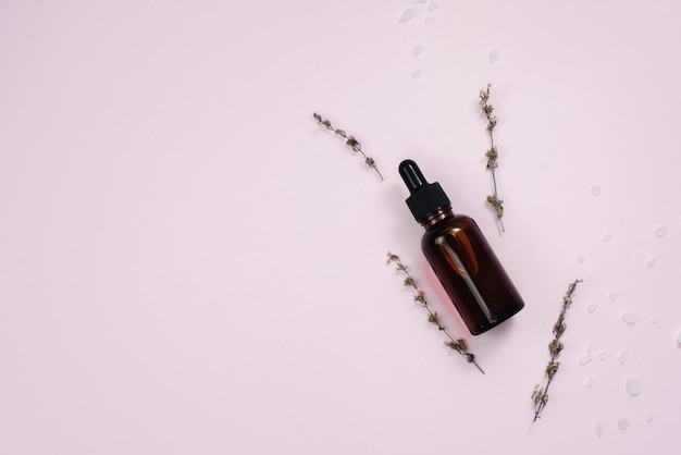 Essence hydratante en verre brun foncé. le concept de création de cosmétiques naturels ou de sérums faits maison à partir d'ingrédients naturels. copyspace,
