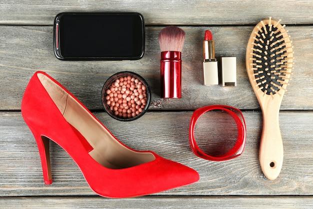 Essentials objets de mode pour femmes sur bois
