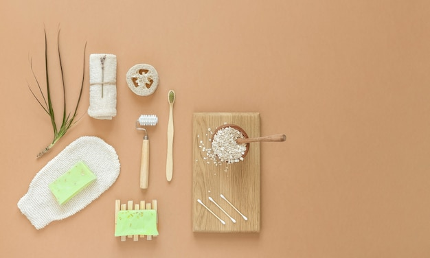 Essentiels de beauté, de spa et de propreté à la maison. copiez l'espace. mise à plat.