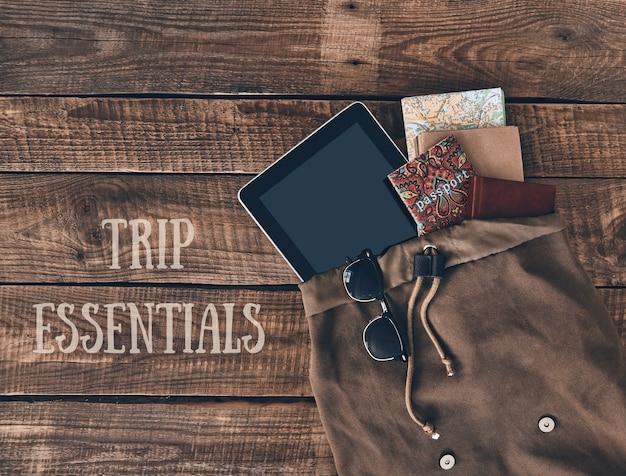 Essentiels du voyage. prise de vue en grand angle d'un sac avec des articles de voyage