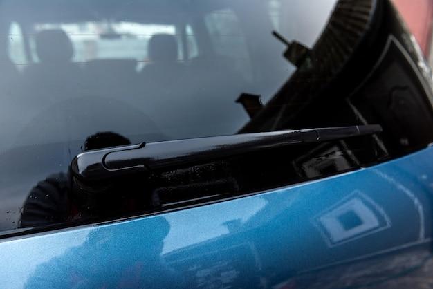 Essuie-glaces arrière de voiture bleue.