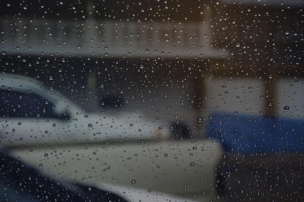 Essuie-glaces à la pluie dans la voiture.