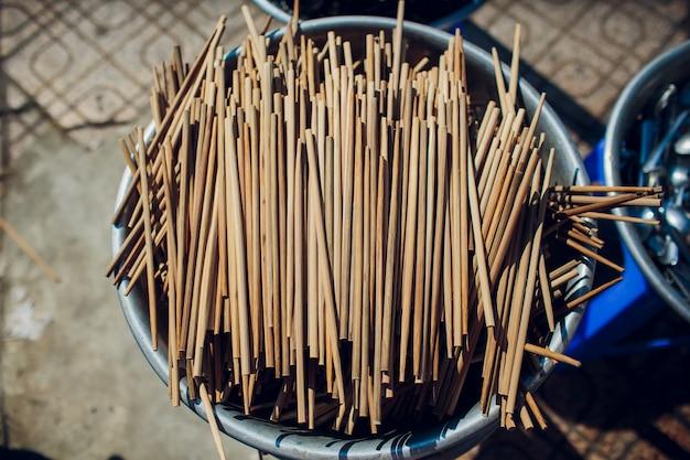 C'est beaucoup de baguettes. baguettes en bambou. les thaïlandais utilisent des baguettes pour ramasser les nouilles, vue de dessus.