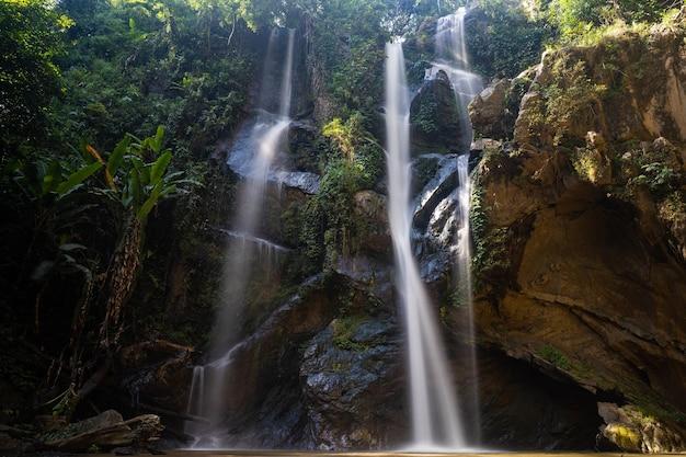 C'est une cascade mork fa de 30 mètres de haut, dans la province de chiang mai.