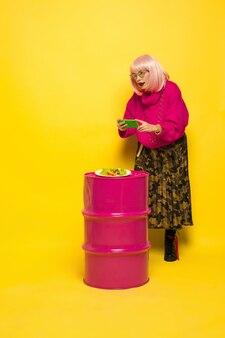 C'est dur d'être influenceur. selfie d'abord, manger plus tard. besoin de tirer un plat avant. portrait de femme caucasienne sur jaune. beau modèle blonde. concept d'émotions humaines, expression faciale, ventes, publicité.