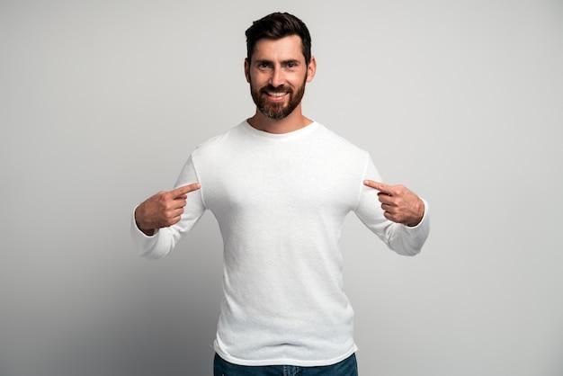C'est moi homme en chemise blanche pointant sur lui-même et regardant avec une expression égoïste arrogante