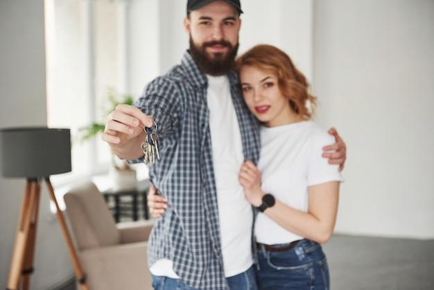 C'est le succès. heureux couple ensemble dans leur nouvelle maison. conception du déménagement