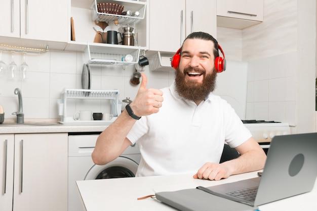 C'est tellement agréable de travailler de chez soi tout en écoutant de la musique préférée.