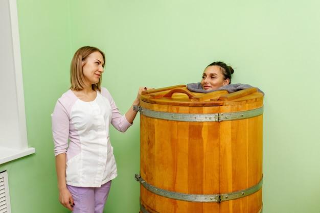 Esthéticienne appliquant un traitement spa