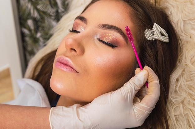 Esthéticienne, appliquer le maquillage sur une femme