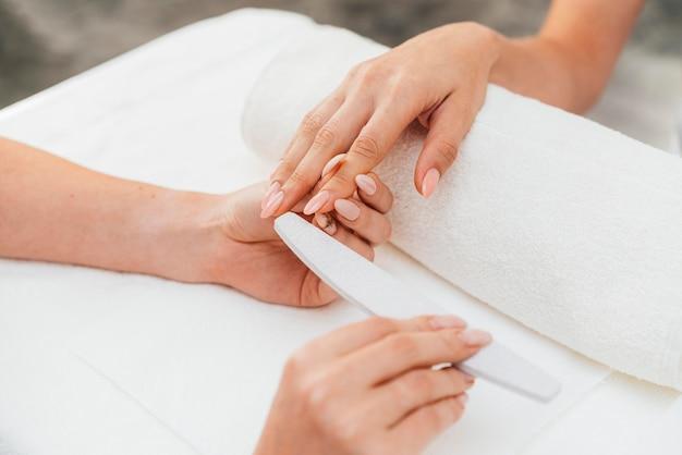 Esthéticienne et cliente en hygiène et soins des ongles