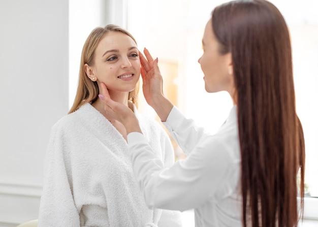 Une esthéticienne à la clinique consulte le client