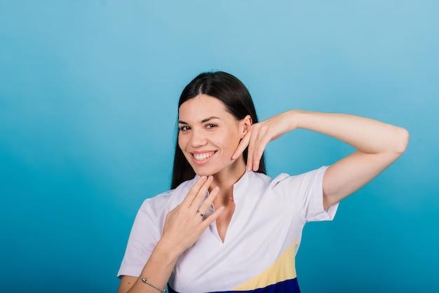 Esthéticienne cosmétologue tenant un outil dans ses mains, maître de maquillage permanent, maquillage permanent, stylo tatouage, gros plan