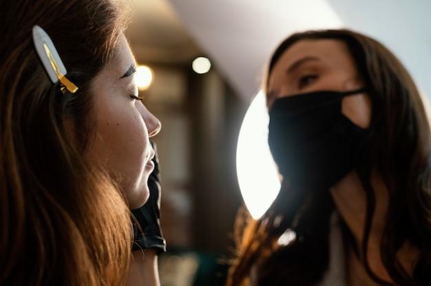 Esthéticienne féminine faisant un traitement des sourcils pour femme