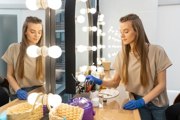 Esthéticienne préparant ses outils pour un traitement des sourcils