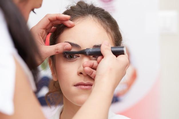 Esthéticienne se maquiller