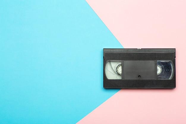 Esthétique des années 80 et 90. vidéocassette (vhs) sur fond de couleur. vidéo, concept minimal et rétro