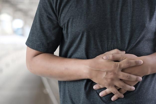 L'estomac de l'homme souffrant et ayant un mal de ventre