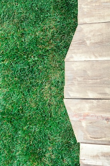 Estrade en bois avec de l'herbe verte