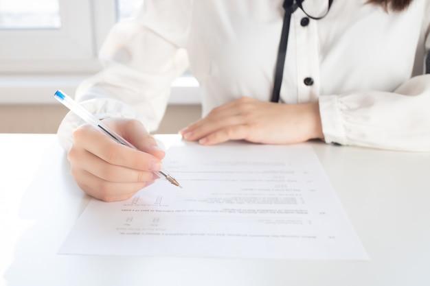 Etablissement d'une déclaration fiscale. mains tenant un stylo pour signature