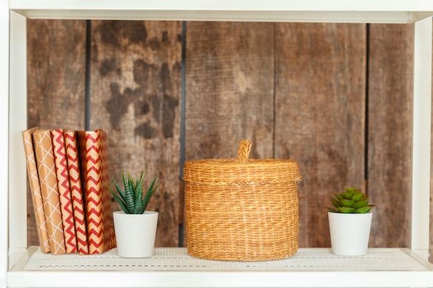Étagère blanche élégante contre le mur en bois de grunge