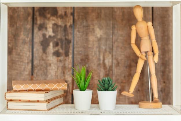Étagère blanche élégante contre le mur en bois grunge