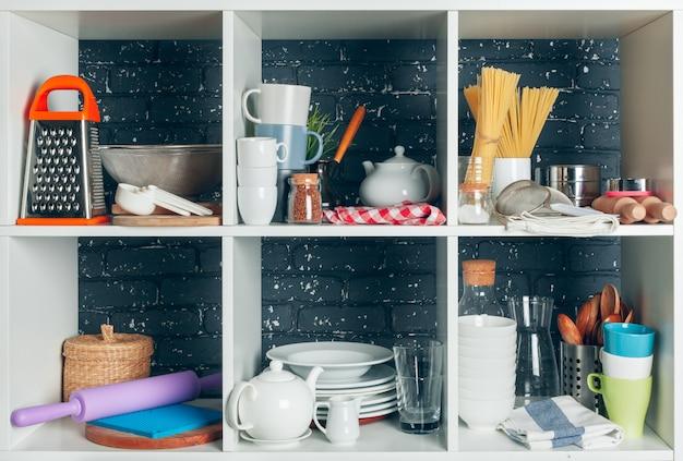 Etagère blanche avec set de vaisselle