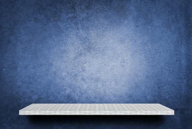 Étagère blanche vide sur ciment bleu