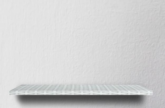 Étagère blanche vide sur fond de ciment blanc pour la présentation du produit