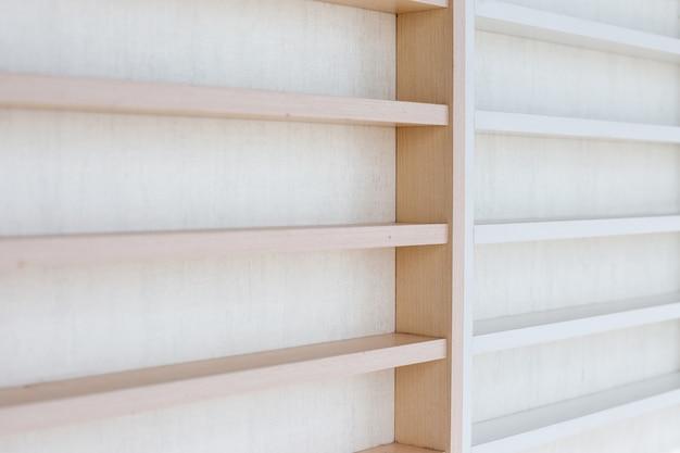 Étagère en bois blanc sur un mur
