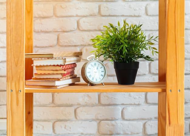 Étagère en bois avec décoration sur ot