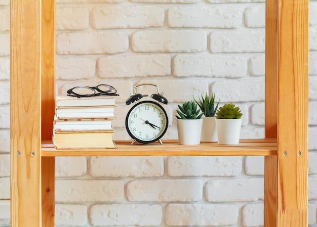 Étagère en bois avec des objets de décoration pour la maison