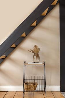 Étagère avec décorations sous escalier