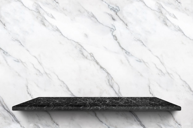 Étagère en marbre noir vide sur fond de mur en marbre blanc pour le produit d'affichage